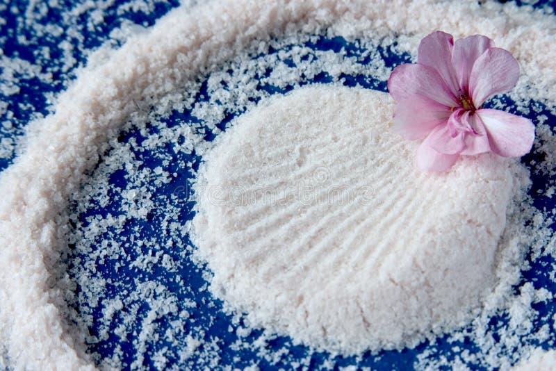Sal y flor del mar imagenes de archivo