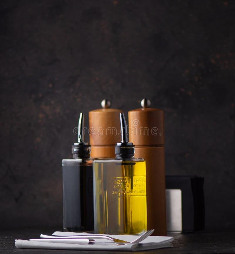 Sal y pimienta, aceite y vinagre balsámico imagenes de archivo
