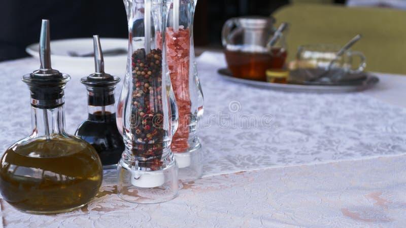 Sal y pimienta en la tabla blanca en el restaurante imagen de archivo libre de regalías