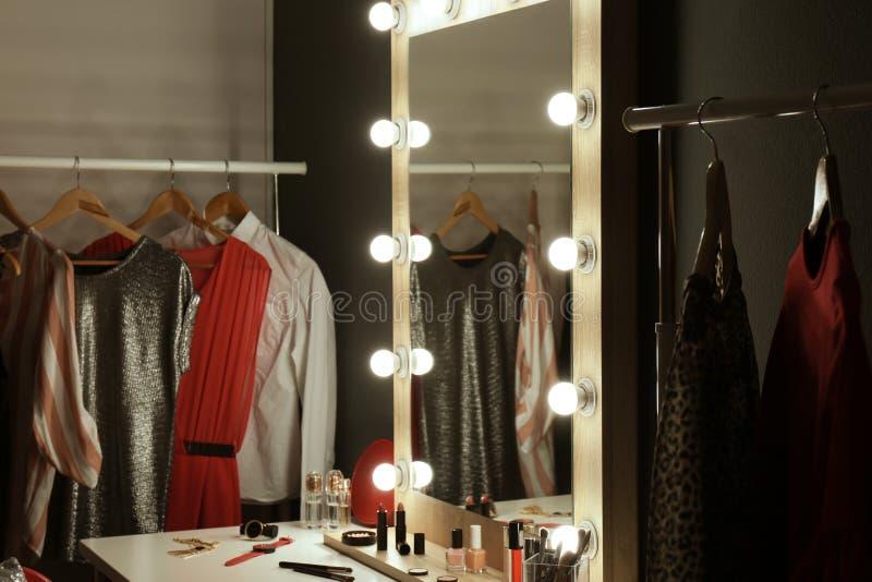 Sala à moda com tabela, espelho e cremalheira de molho foto de stock royalty free
