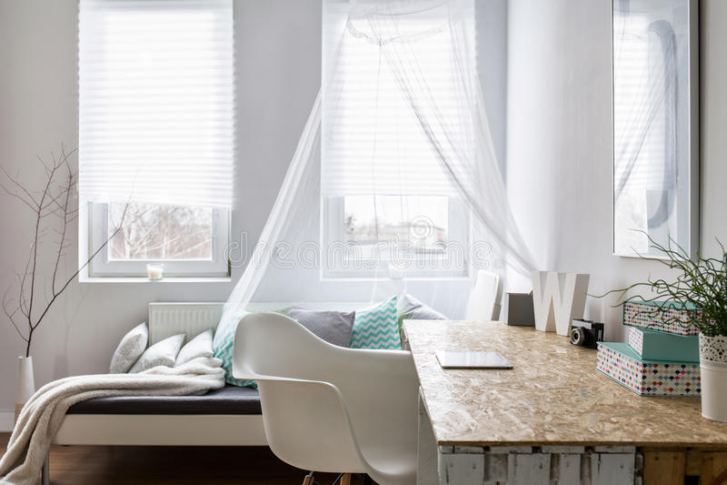 Sala à moda pequena com sofá e mesa fotos de stock