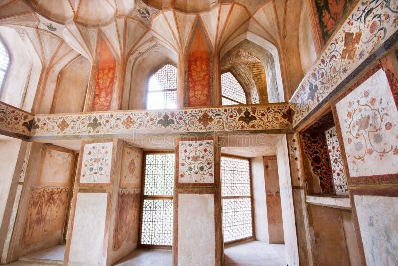 Sala abandonada do palácio persa Hasht Behesht com fresco histórico nas paredes foto de stock royalty free