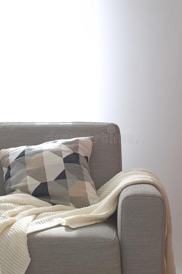 Sala acolhedor interior home de do descanso da manta de Sofa Knitted da sala de visitas fotos de stock royalty free