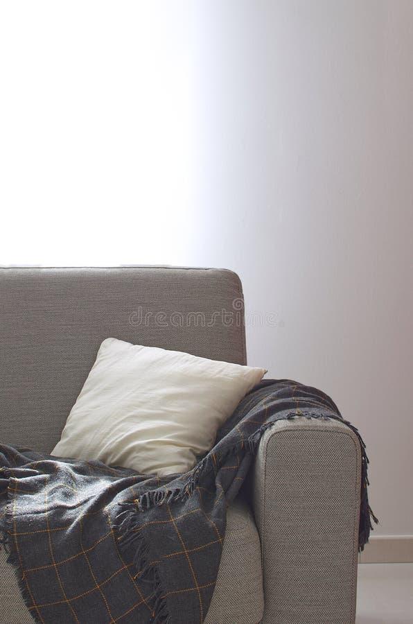 Sala acolhedor interior home de do descanso da manta de Sofa Knitted da sala de visitas imagem de stock