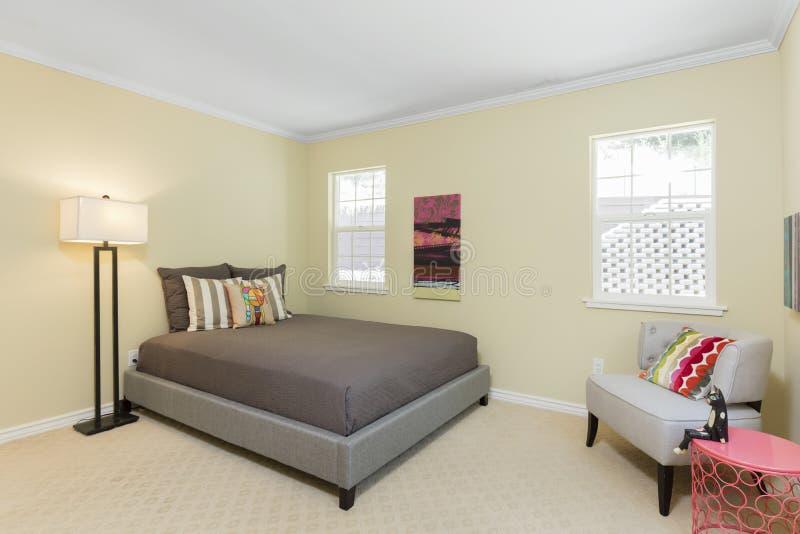 Sala adolescente interior com cadeira e lâmpada fotos de stock royalty free