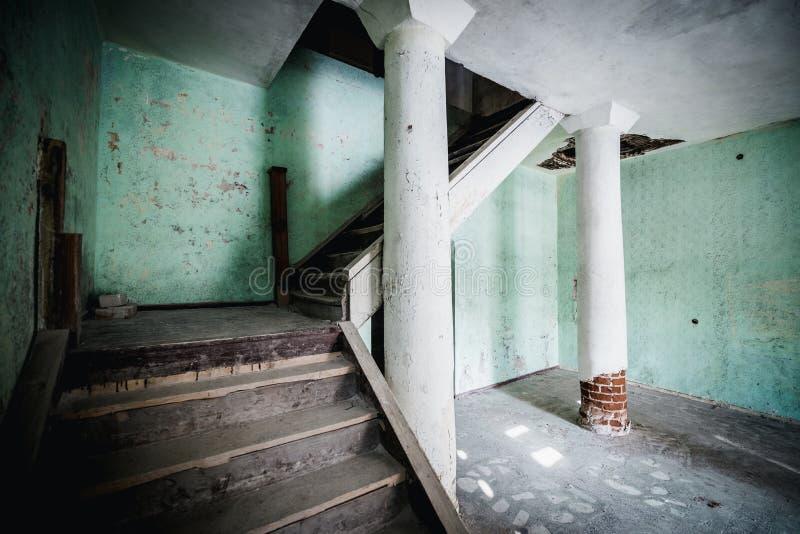 Sala assustador abandonada velha da casa senhorial Escadas ao segundo andar fotografia de stock
