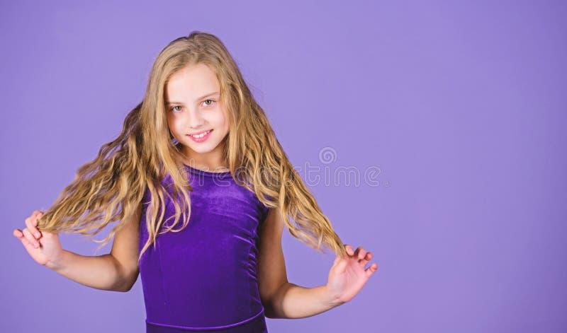 Sala balowa tana łacińskie fryzury Dzieciak dziewczyna z długie włosy odzieży suknią na fiołkowym tle Fryzura dla tancerza Dlacze obraz stock