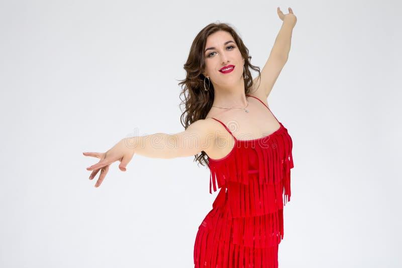 Sala balowa tancerz w Czerwonej Bieżącej Latyno-amerykański sukni Przeciw bielowi obraz stock