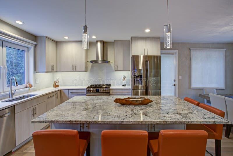 Sala bonita da cozinha com ilha de cozinha fotos de stock