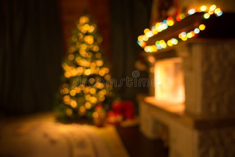 Sala borrada com chaminé e a árvore de Natal decorada foto de stock
