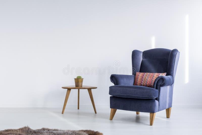 Sala branca com poltrona azul fotos de stock