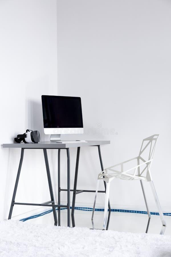 Sala branca de Minimalistic com cadeira e desktop imagens de stock royalty free