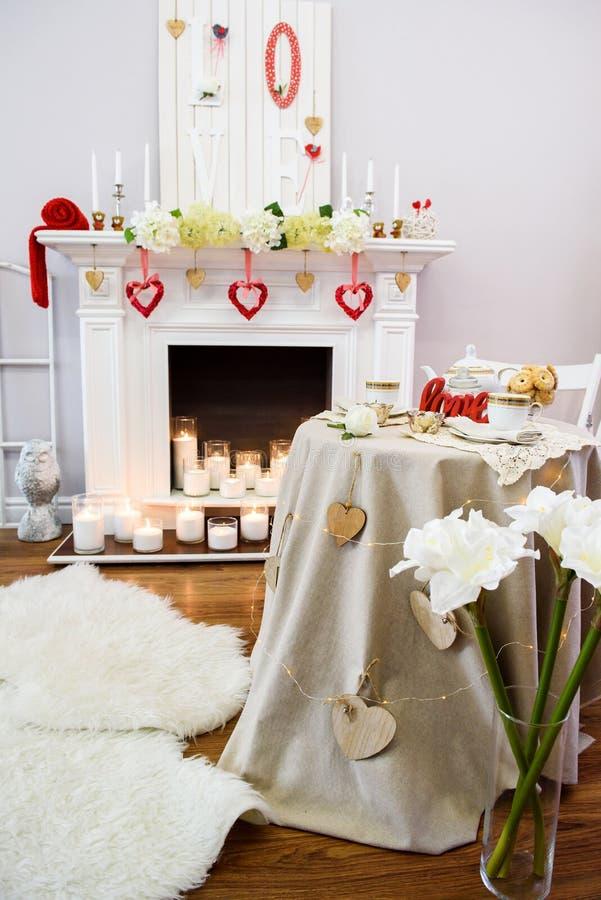 Sala branca e vermelha do ute do ¡ de Ð com lotes da decoração coração-dada forma fotografia de stock royalty free