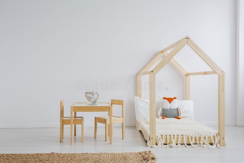 Sala branca, simples da criança imagem de stock