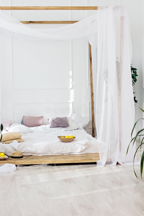 Sala brilhante bonita e uma cama de quatro colunas imagens de stock royalty free
