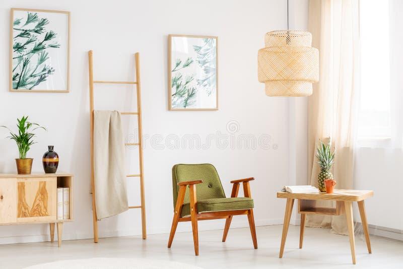 Sala brilhante com cadeira verde imagens de stock royalty free