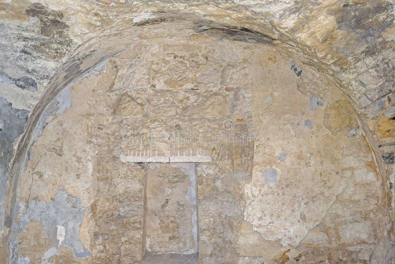 Sala cave de uma sinagoga antiga Niche gravado na parede Textura de alvenaria antiga de sinagoga dilapidada imagens de stock royalty free