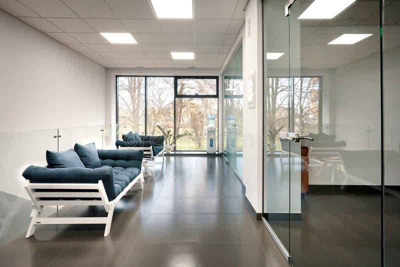 Sala clara moderna do escritório com portas de vidro fotos de stock royalty free