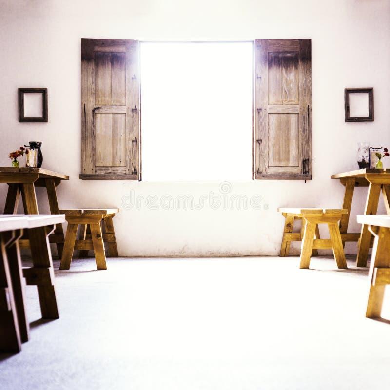 Sala colonial espanhola com baixa janela e S de madeira imagem de stock royalty free