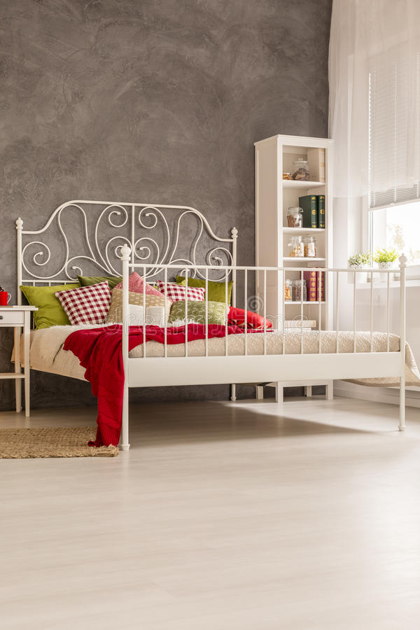 Sala com cama marital imagem de stock