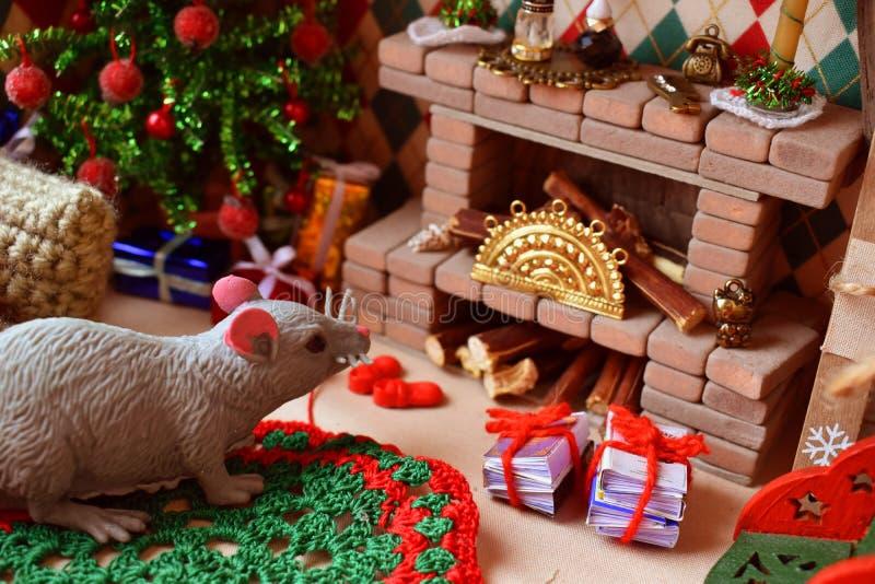 Sala com chaminé e árvore de Natal para bonecas e brinquedos pequenos Chaminé com uma decoração minúscula imagem de stock
