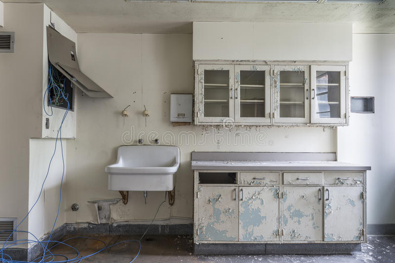 Sala com dissipador em um hospital abandonado foto de stock