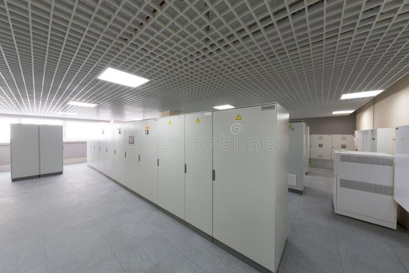 Sala com equipamento para telecomunicações fotografia de stock