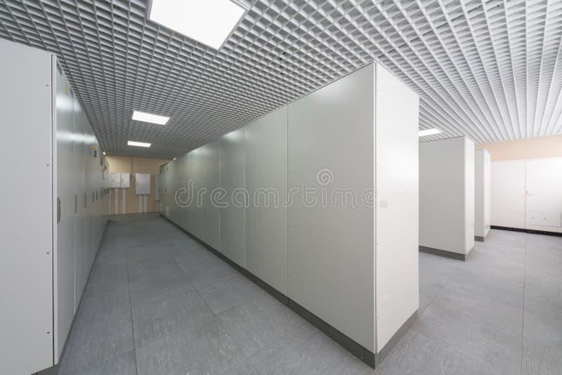 Sala com fileiras das cremalheiras com equipamento fotos de stock royalty free