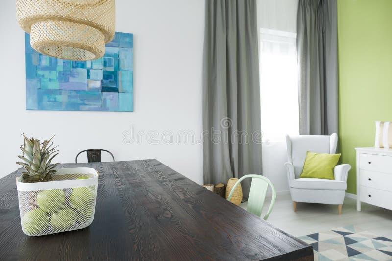 Sala com mesa de jantar de madeira imagem de stock royalty free