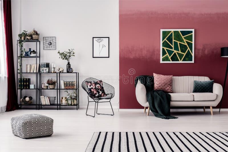 Sala com parede de Borgonha imagens de stock