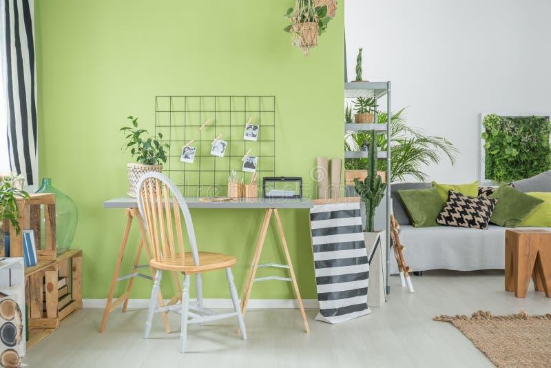 Sala com parede verde fotografia de stock