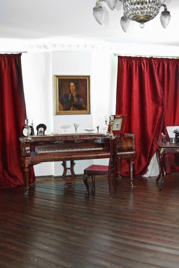 Sala com piano antigo imagem de stock royalty free
