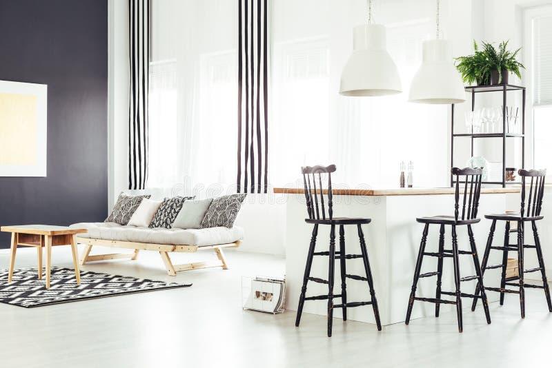 Sala com sofá bege fotos de stock