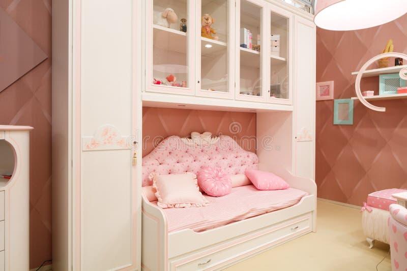Sala cor-de-rosa interior do bebê para meninas imagem de stock