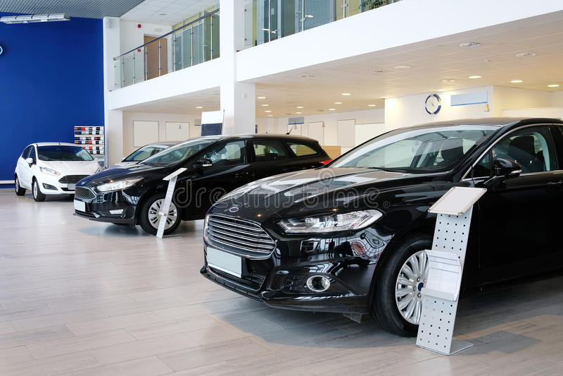 Sala d'esposizione di un dealershiop delle automobili in Stupino fotografia stock libera da diritti