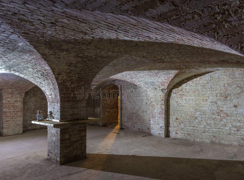 Sala da adega com tetos curvados e um eixo de luz thr de vinda fotografia de stock royalty free