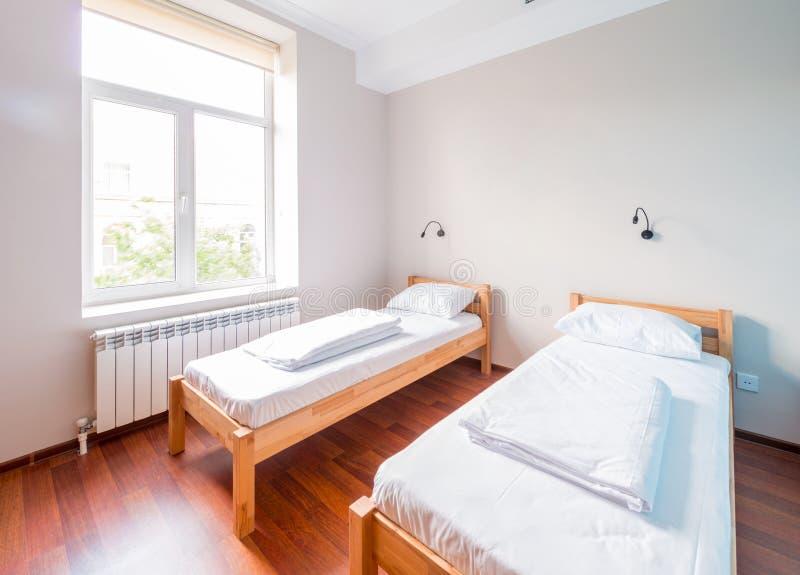 A sala da cama gêmea no hotel fotos de stock