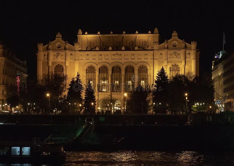 Sala da concerto di Vigado alla notte dal Danubio, Budapest, Ungheria immagine stock