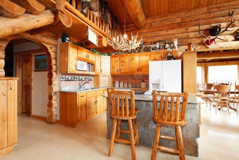 Sala da cozinha na casa da cabana rústica de madeira imagens de stock royalty free