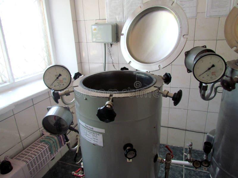 Sala da esterilização com autoclaves de funcionamento foto de stock