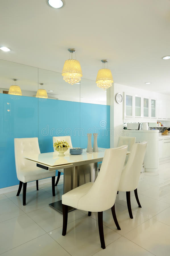 sala da pranzo bianca moderna di interiore fotografia
