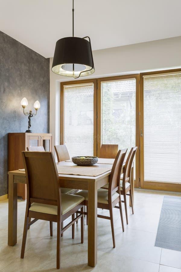 Sala da pranzo classica con la tavola di legno fotografie stock