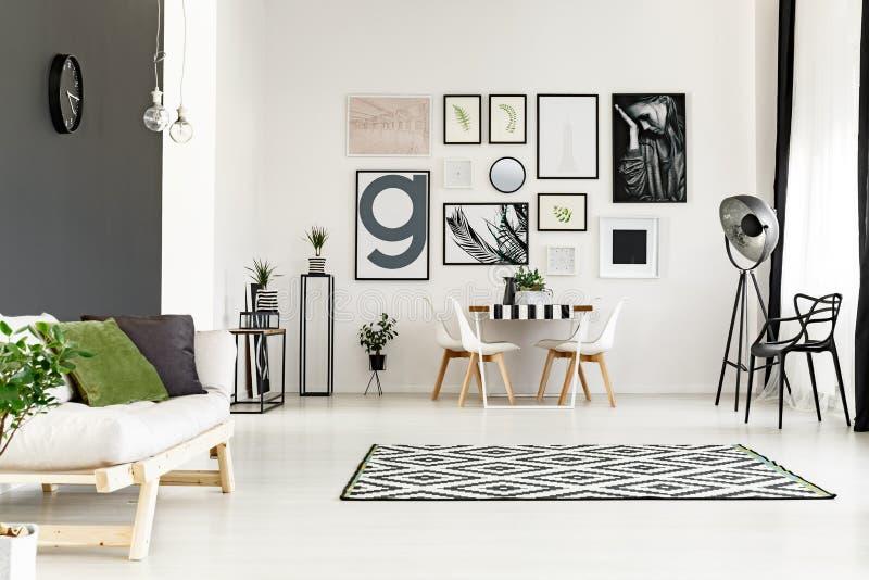 Sala da pranzo con il sofà immagini stock