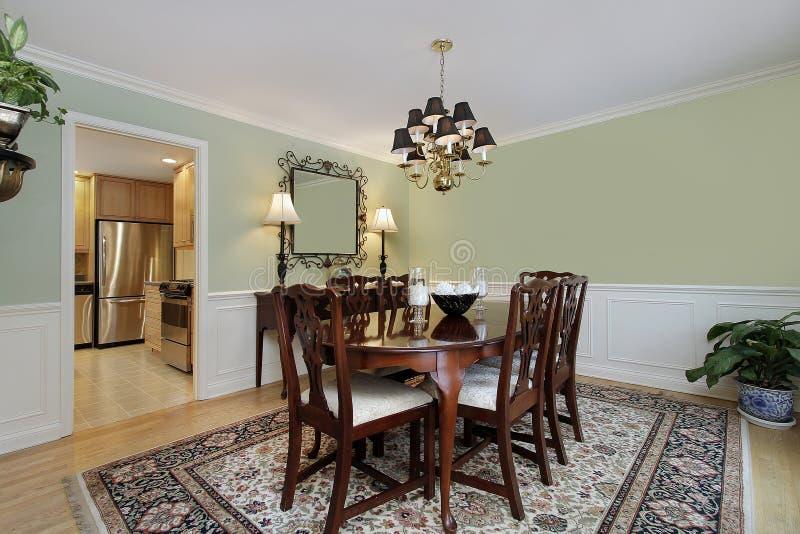 Sala da pranzo con la vista della cucina fotografia stock for Cucina con sala da pranzo
