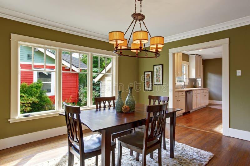 Sala da pranzo con le pareti verde oliva di tono fotografia stock immagine di verde pavimento - Pareti sala da pranzo ...