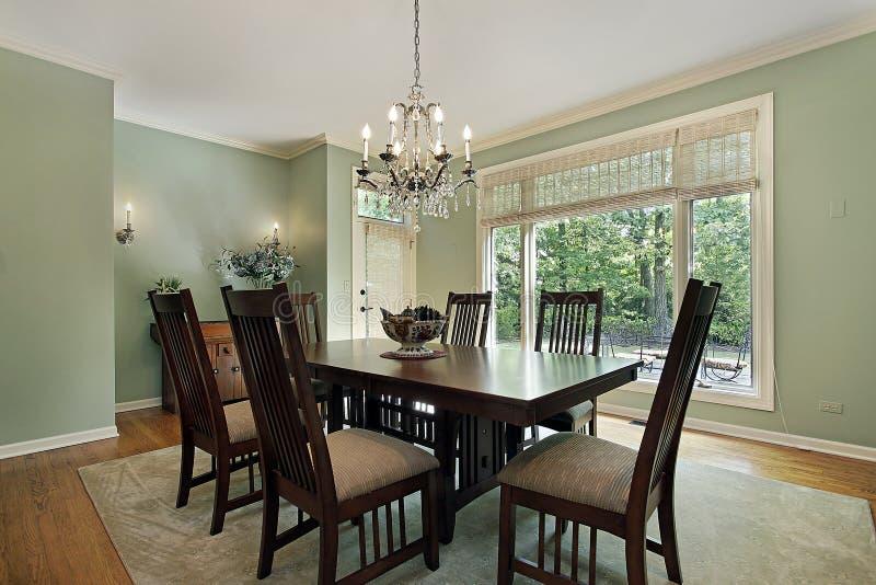 Sala da pranzo con le pareti verdi fotografia stock immagine di decori chandelier 16476456 - Pareti sala da pranzo ...