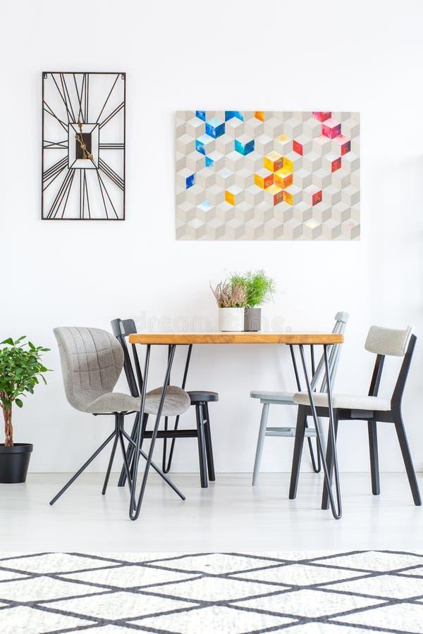 Sala da pranzo con le sedie immagini stock