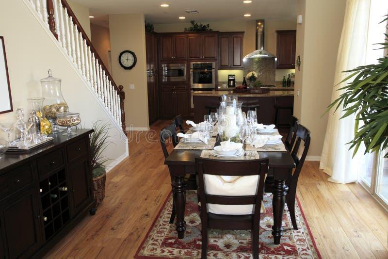 Sala da pranzo con un pavimento di legno duro. immagine stock