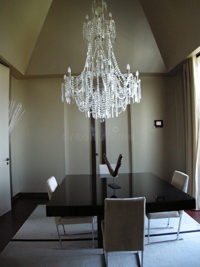Sala da pranzo di lusso con il candeliere e la tavola immagine stock
