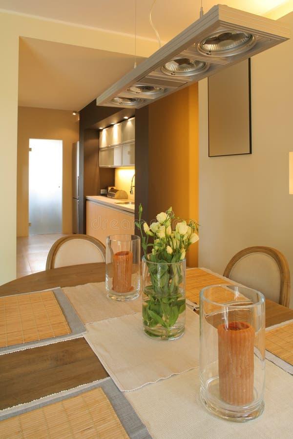 Entrata e stanza da bagno in una casa moderna fotografia for Stanza da pranzo moderna
